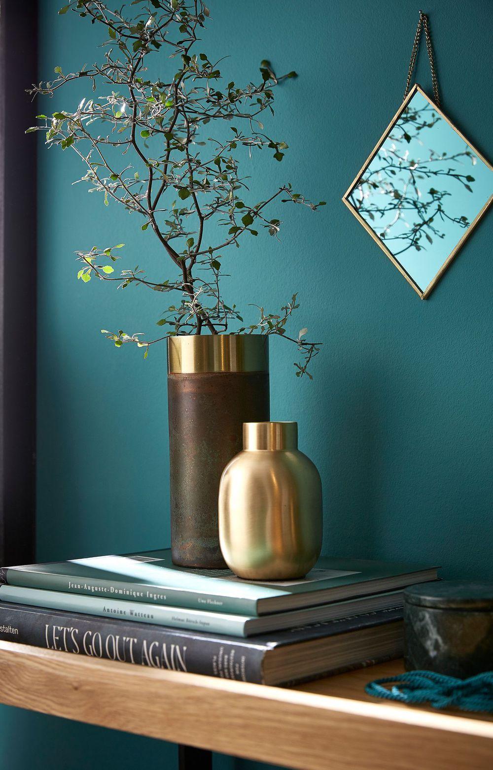 un vase en laiton dore et patine qui sublime les fleurs