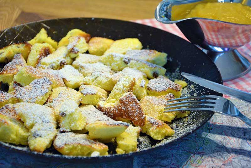 Der Klassiker der österreichischen Küche ist der Kaiserschmarrn. Im Ofen ist der Kaiserschmarrn einfach zuzubereiten und in 30 Minuten fertig.