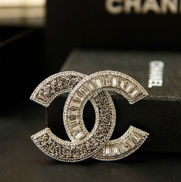chanel brushed cc brass logo en gold channel brooch