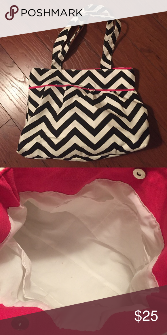 Chevron patterned purse 👛 This black and white chevron striped purse is  new, never used f5223eca4b