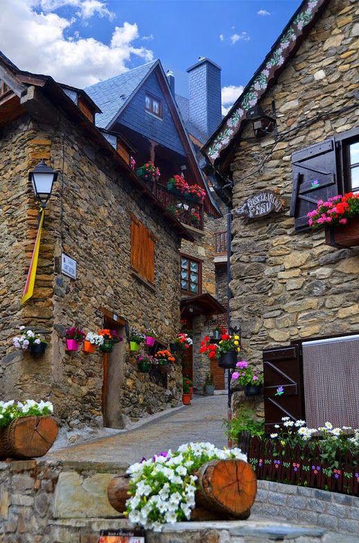 アランの谷、レリダ。フランスを国境を分かつカタルーニャのピレネー山岳地帯の美しい村。ピレネーハイキングに出かけるには最適の場所。#スペイン #カタルーニャ #ピレネー山脈 Valle de Aran Lerida, Spain