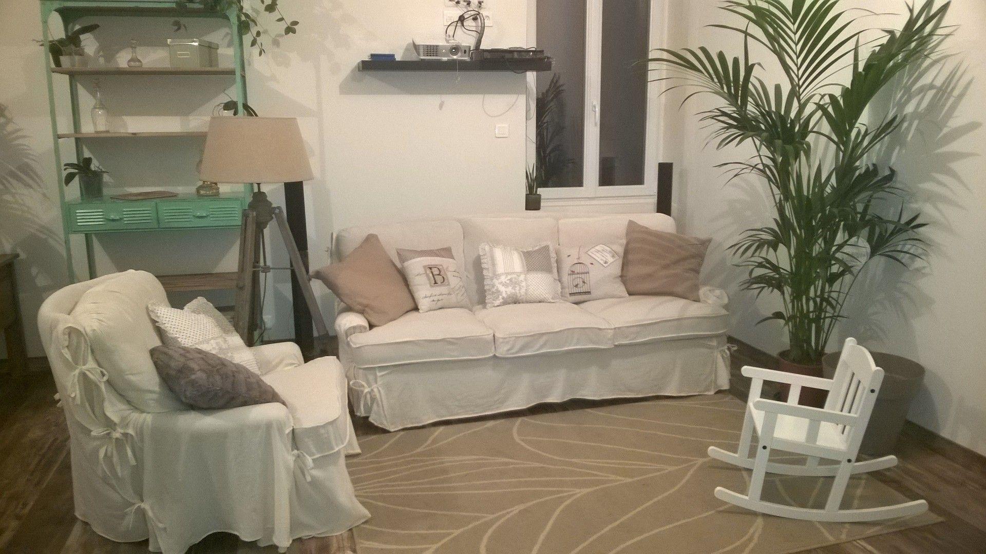 Le vieux canapé en cuir... Pas très beau mais hyper confortable!  Après un petit relooking voilà ce que ça donne!