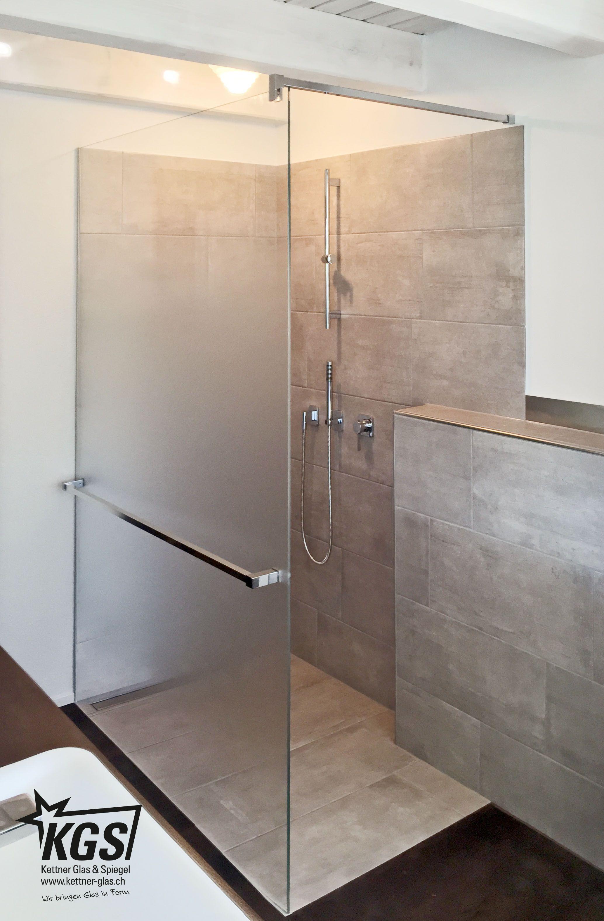 Progressiv geätzte Duschtrennwand mit Schragschnitt im