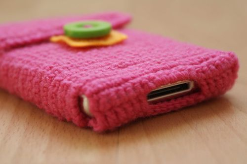 Crochet i pod case with openings for USB and headphones. I am totally going to do this
