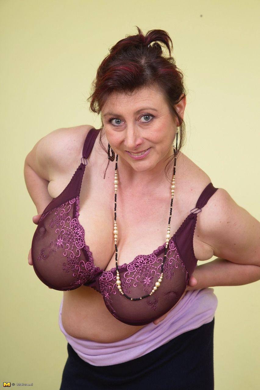 было тех фото большая грудь женщин в возрасте девушка нижнем белье