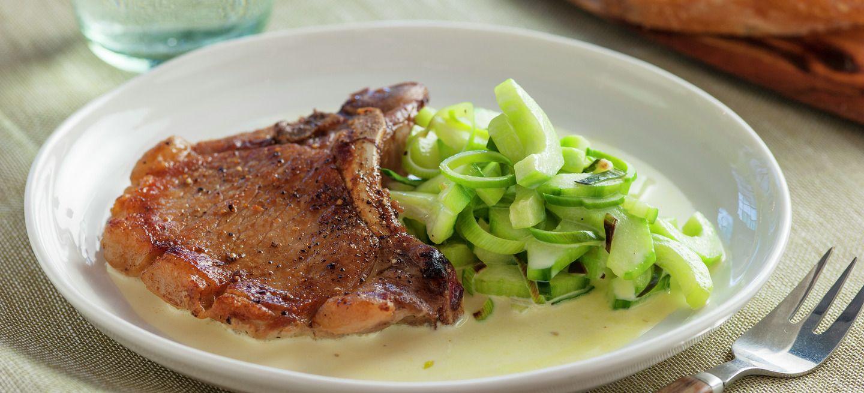 Svinekoteletter med kremet agurk