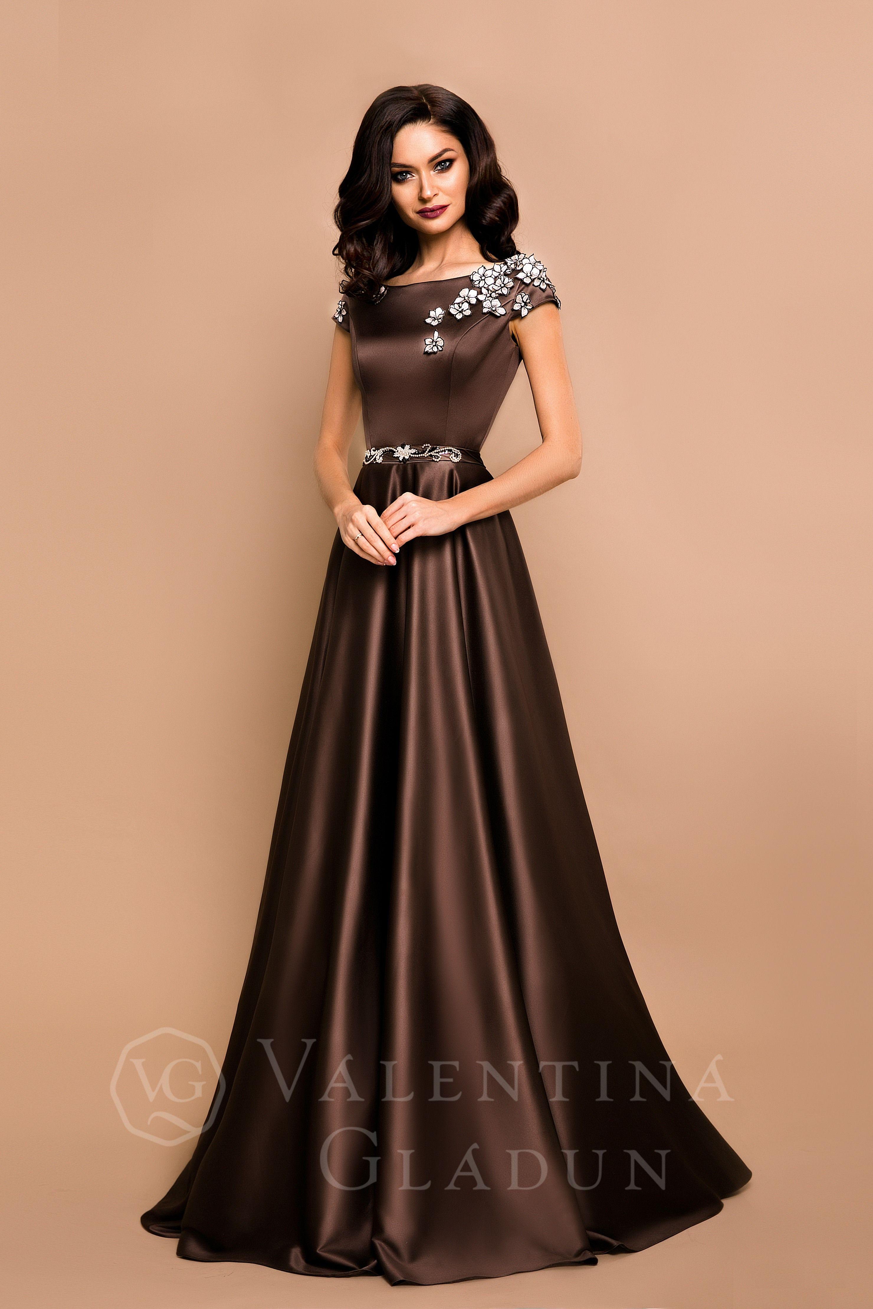 cad9785c4e5 Роскошное вечернее платье в пол Данное платье изготовлено из королевского  атласа. Лиф платья украшают шелковые