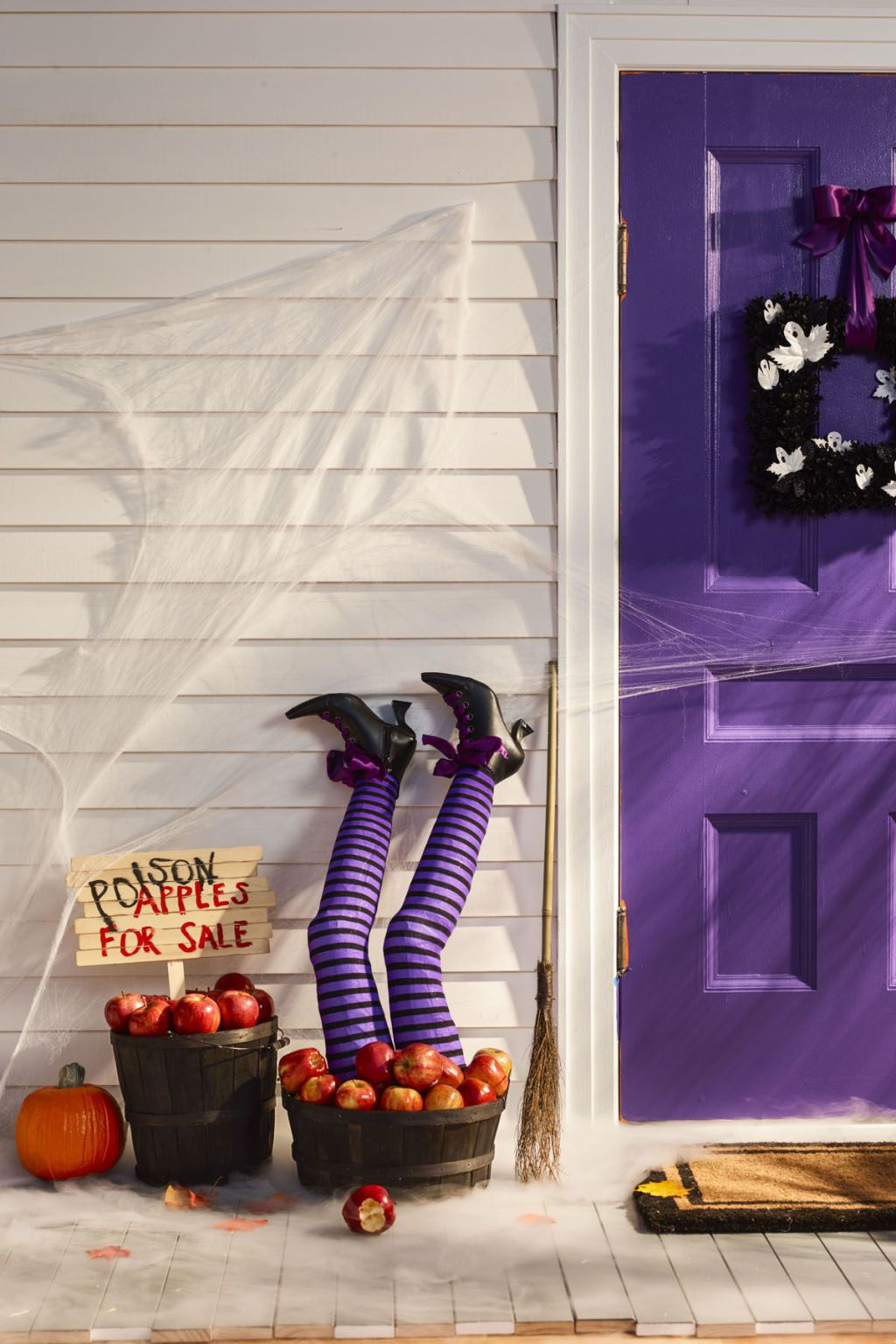 50 diy halloween decorations that 39 ll transform your home. Black Bedroom Furniture Sets. Home Design Ideas