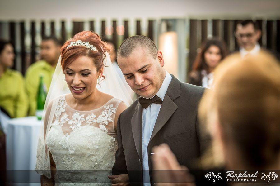 wedding-photographer-london-holiday-inn-hotel-couple-welcome