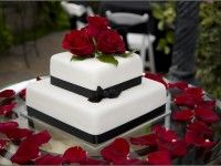 red roses and black ribbon on wedding cake