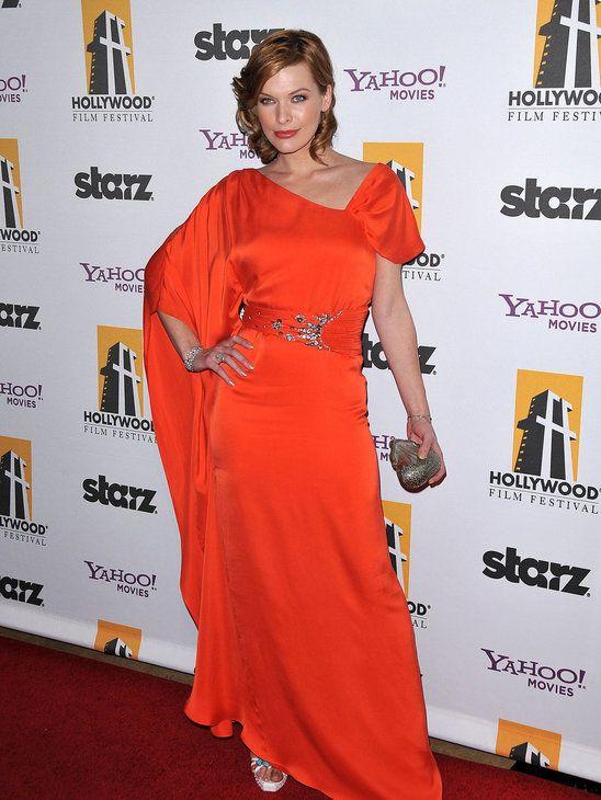Milla Jovovich, la sensualidad se viste de naranja