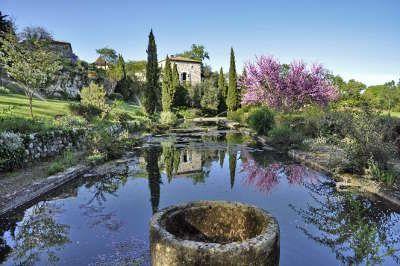 """Un jardin romantique en Dordogne, entre Saint-Emilion et Bergerac, les Jardins de Sardy  sont titulaires du label  """"Jardin remarquable"""". D'inspiration à la fois anglaise et florentine, ces jardins ont été créés dans les années 1950 autour d'une bâtisse du XVIIIème siècle."""