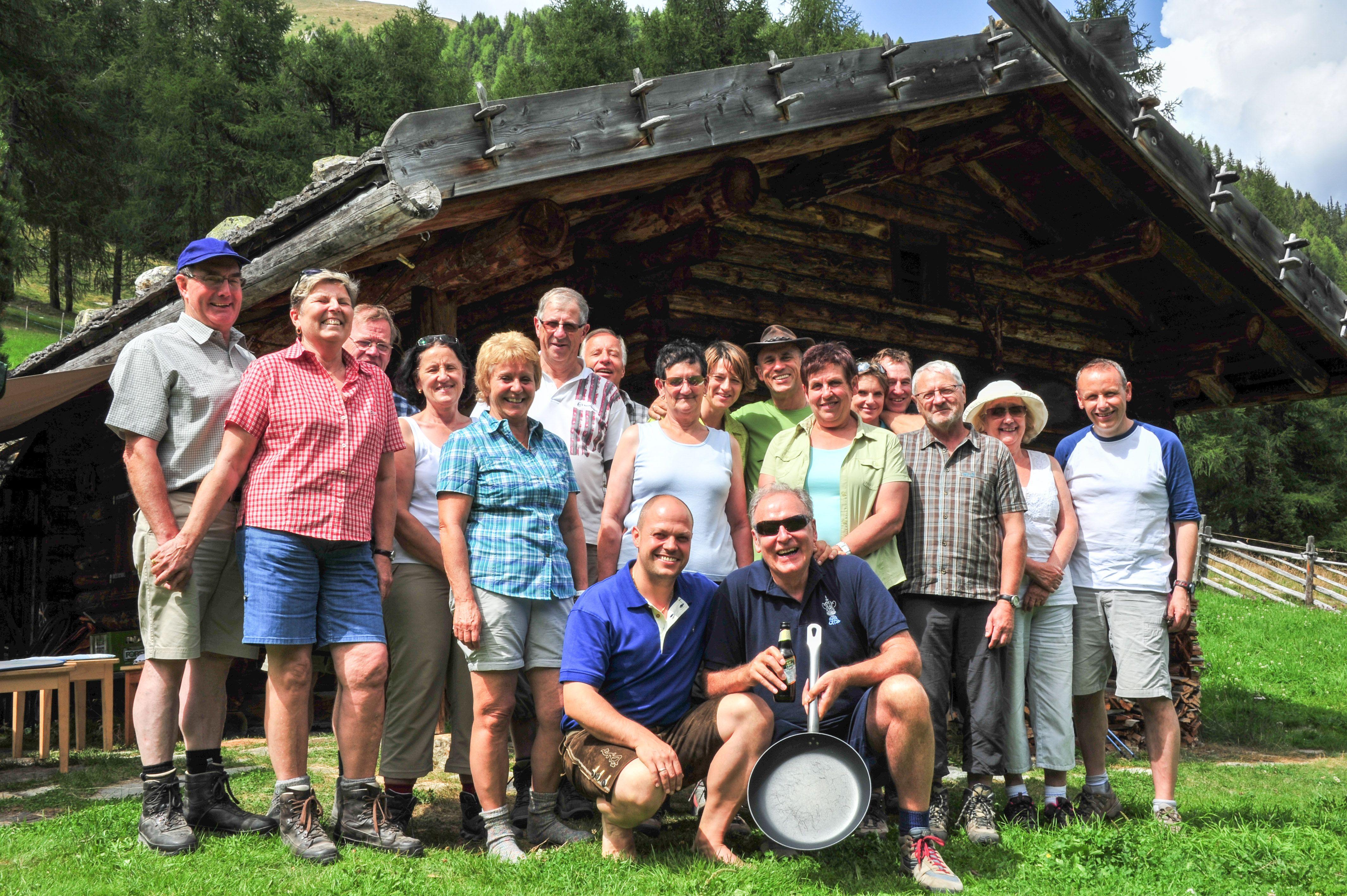 Eine Gästegruppe, anlässlich einer gemeinsamen Wanderung ins Ultental auf die hoteleigene Almhütte. www.hotel-sonnenhof.com