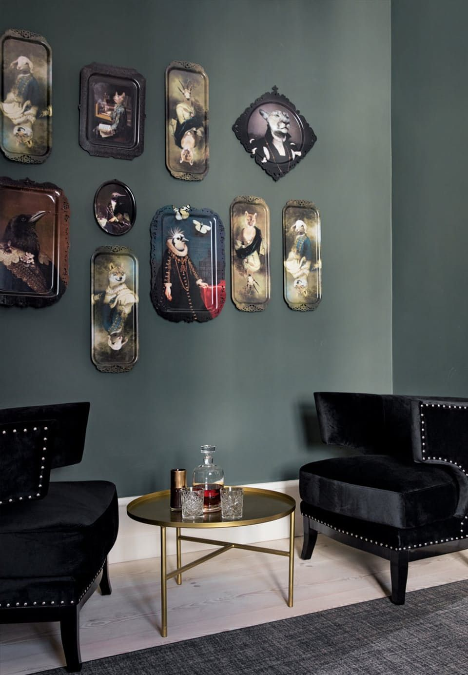 Original wall decoration with beautiful trays is a tribute to the Danish plate tradition. The trays, created by French Ibride, are full of black humor.