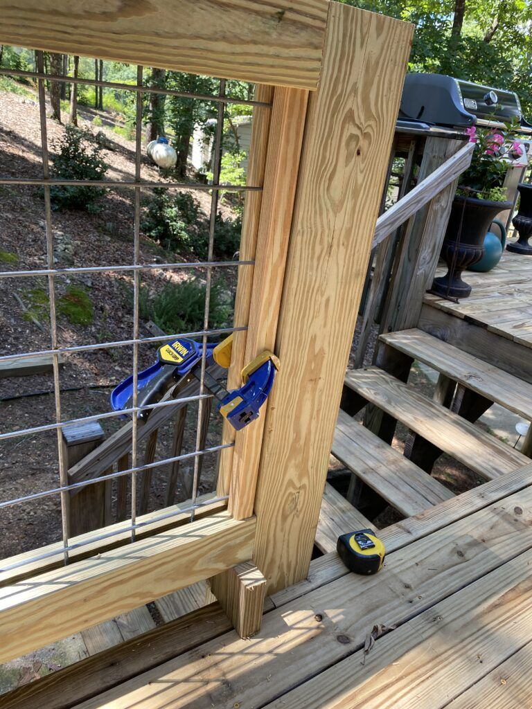 DIY Hog Wire Deck Railing in 2020 Deck railings, Deck