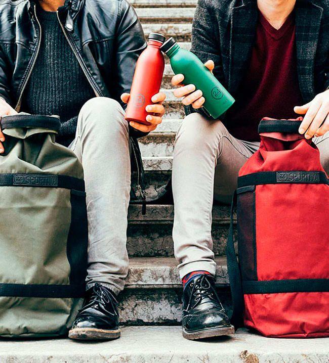 HIDRATARSE MUCHO  Las mochilas han sido diseñadas con un espacio lateral reservado especialmente para la botella. También hay unos portabotellas para poder transportar la cantimplora en la bici cómodamente.