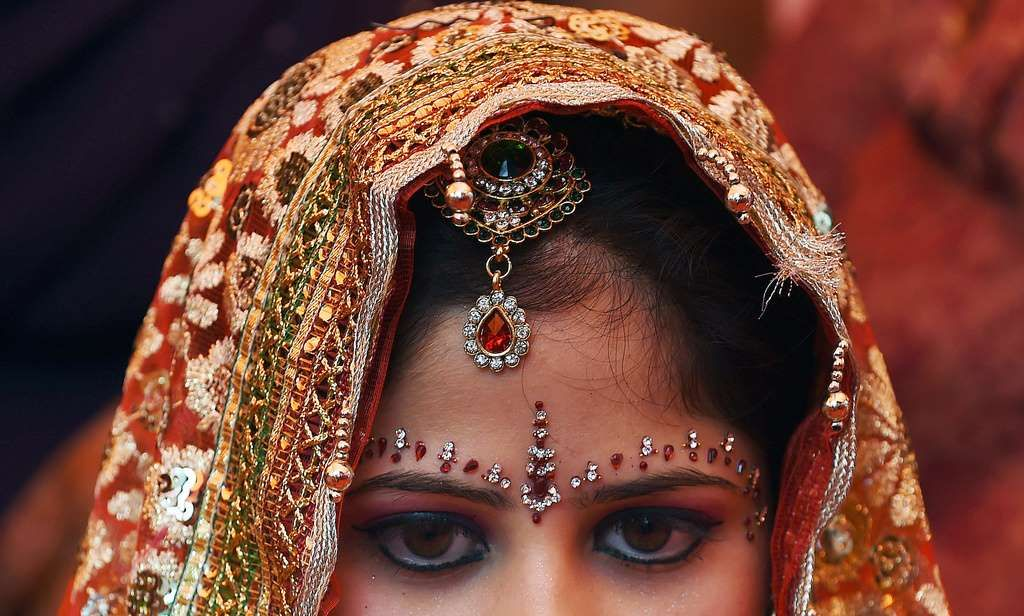 インド西部で身分制度カーストの異なる階級の男性と駆け落ちの末に結婚した女性(21)が、父親になたでめった切りにされ殺害された。いわゆる「名誉殺人」とみられている。地元当局が6日、明らかにした。  インドでは自分の子どもが違うカースト出身の男女と結ばれることについて、多くの親が一族への侮辱とみなすという。