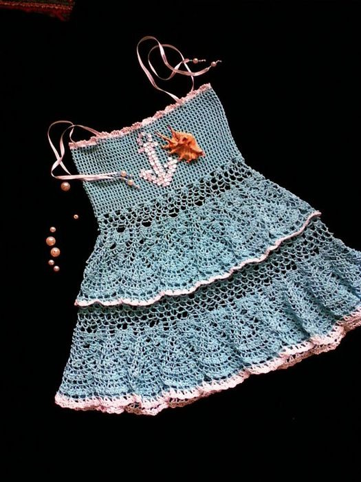 This is so pretty. Would love it if it was crocheted longer  made into a long skirt! (Oh  of course lined with the same color yarn used)