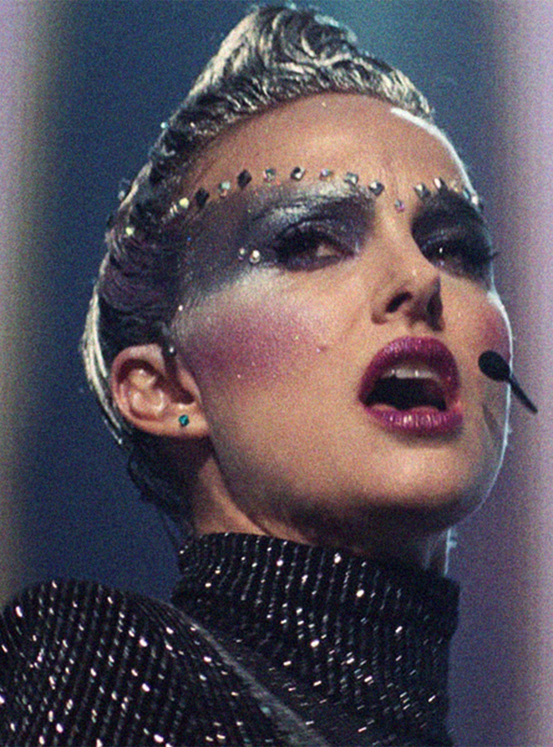 Natalie Portman Is The Anti Pop Star In Edgy Vox Lux Trailer Natalie Portman Pop Star Natalie