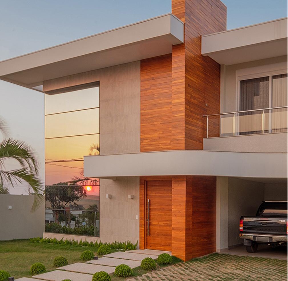 Fachada de casa com porta painel de madeira for Fachadas exteriores de casas