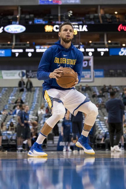 Dallas TEXAS; January 3rd - Stephen Curry curled off a screen, stopped at the to...