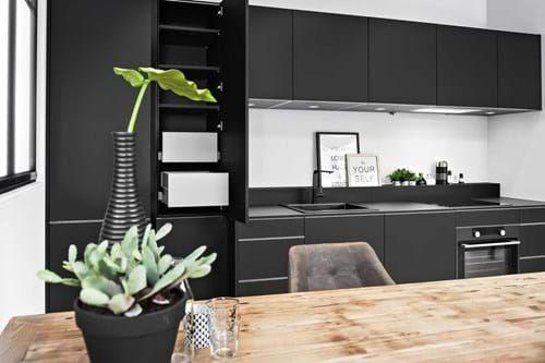 Moderne Zwarte Keuken : Moderne zwarte keuken in rechte opstelling cocinas