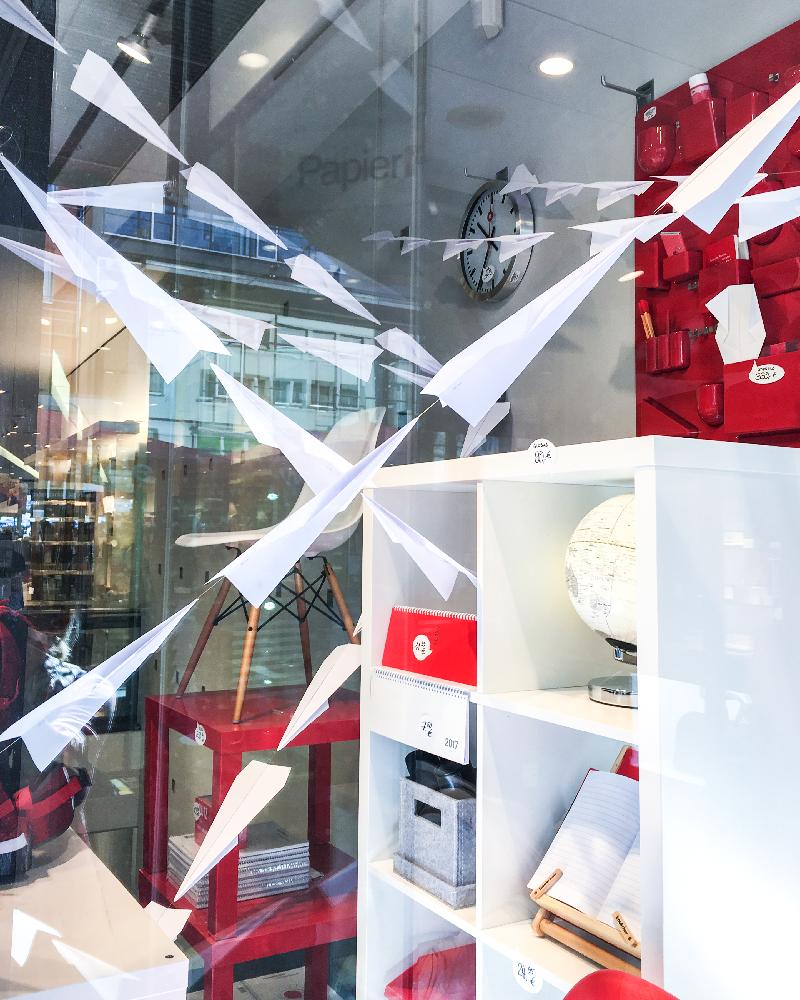 Wohnideen Rihl papierflieger bei papierfischer studenten schaufenster herbst