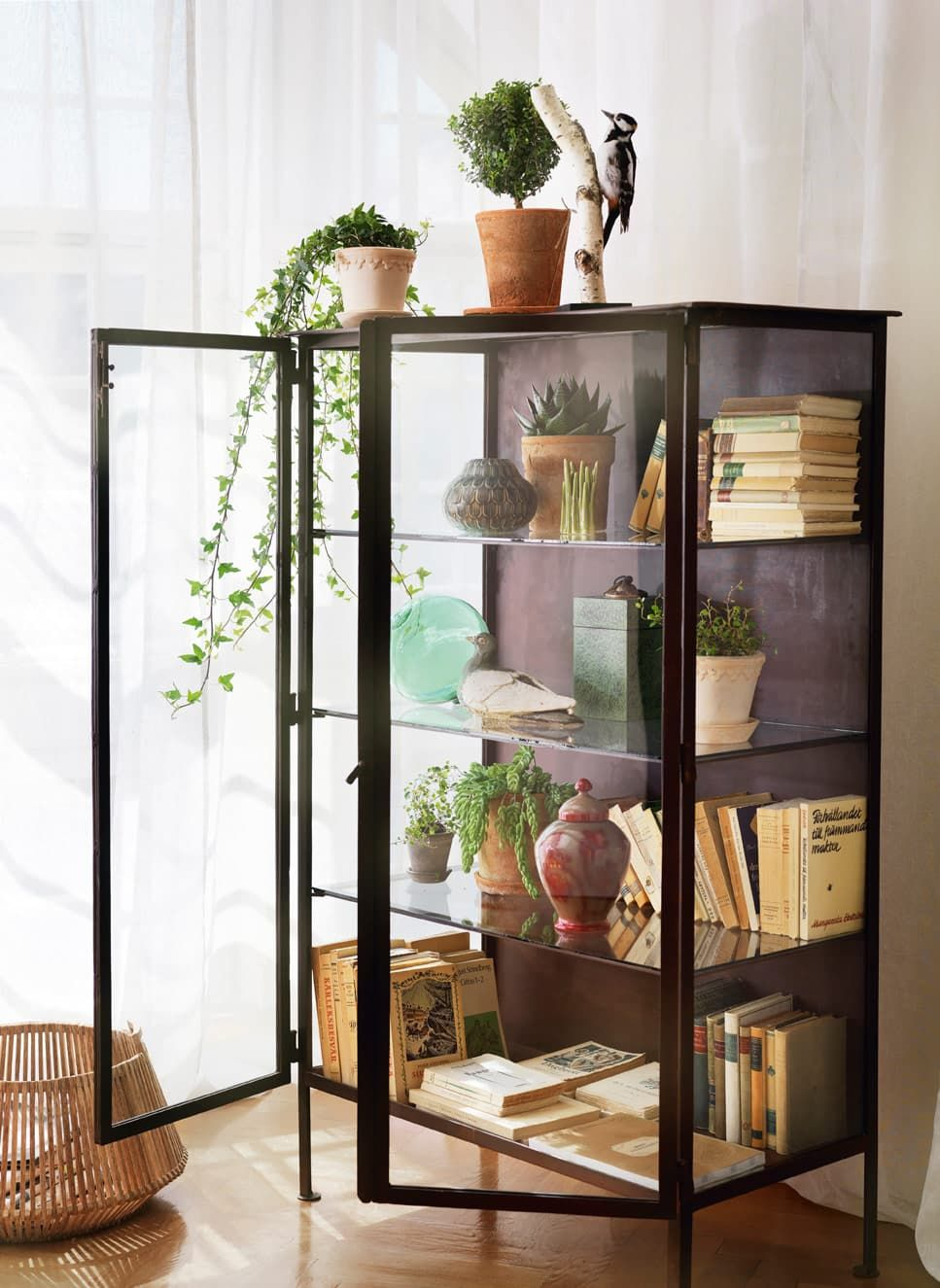 curio cabinet comeback display cases in modern rooms. Black Bedroom Furniture Sets. Home Design Ideas