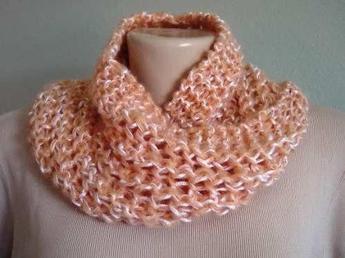 4e84d963a5 Veja como fazer uma linda gola de tricô para usar no inverno usando a  técnica moebiu. Siga o passo a passo e faça a sua.