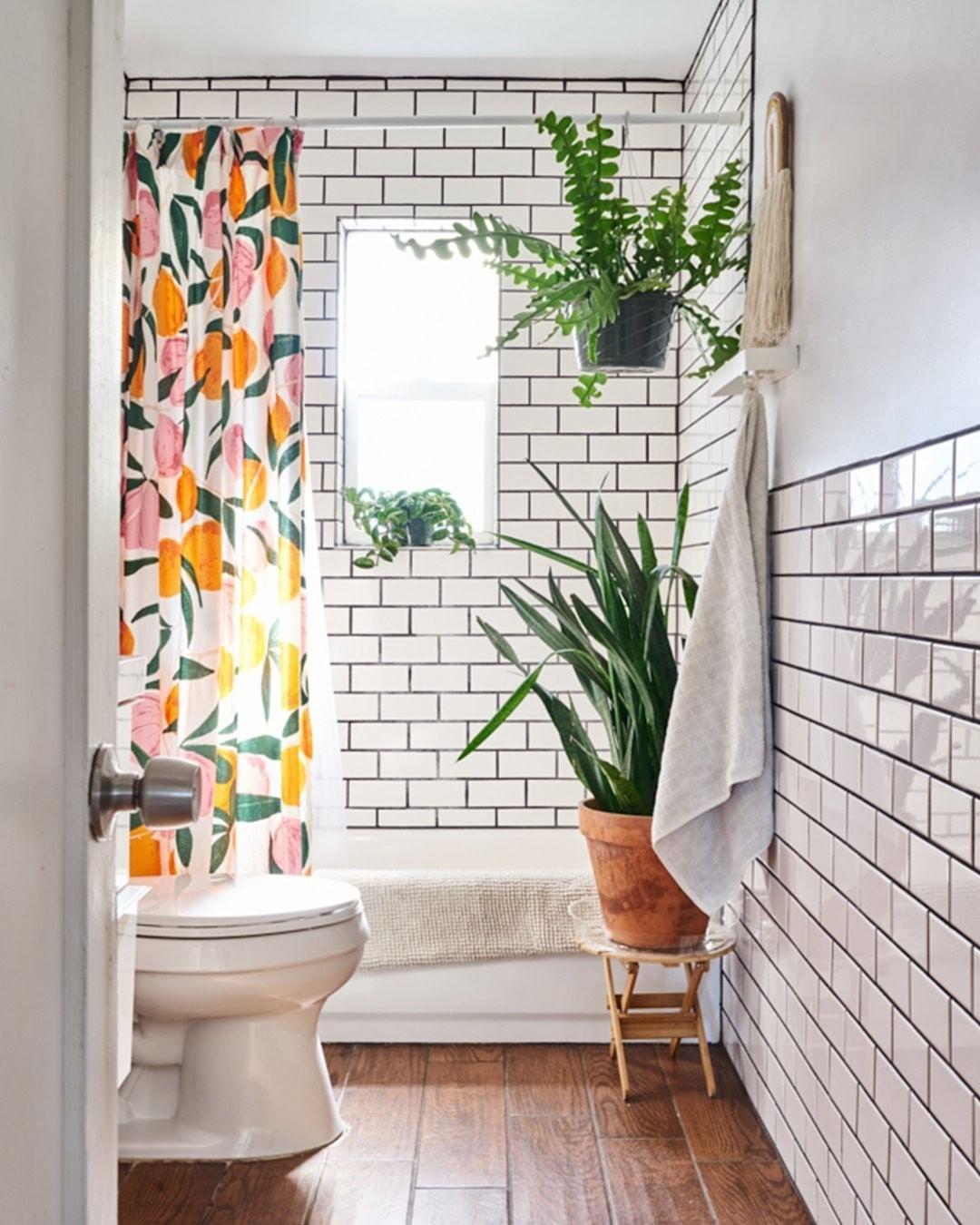 """Photo of Wohnungstherapie auf Instagram: """"Es ist für uns keine Überraschung, dass dieses Badezimmer dem Besitzer eines Pflanzenladens gehört! Hausbesitzer, Fotograf und Mitinhaber von… """""""
