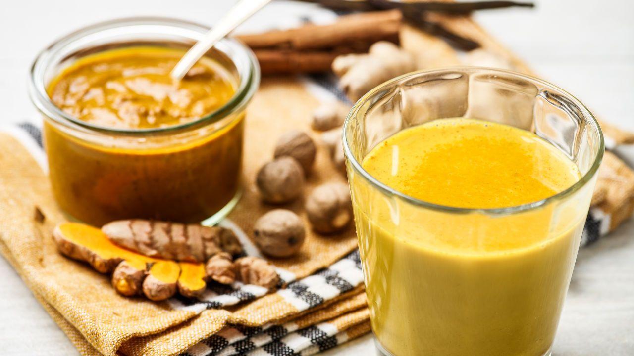 Goldene Milch Mit Kurkuma Safran Und Kardamom Rezept Kurkuma Milch Lebensmittel Essen Und Kurkuma
