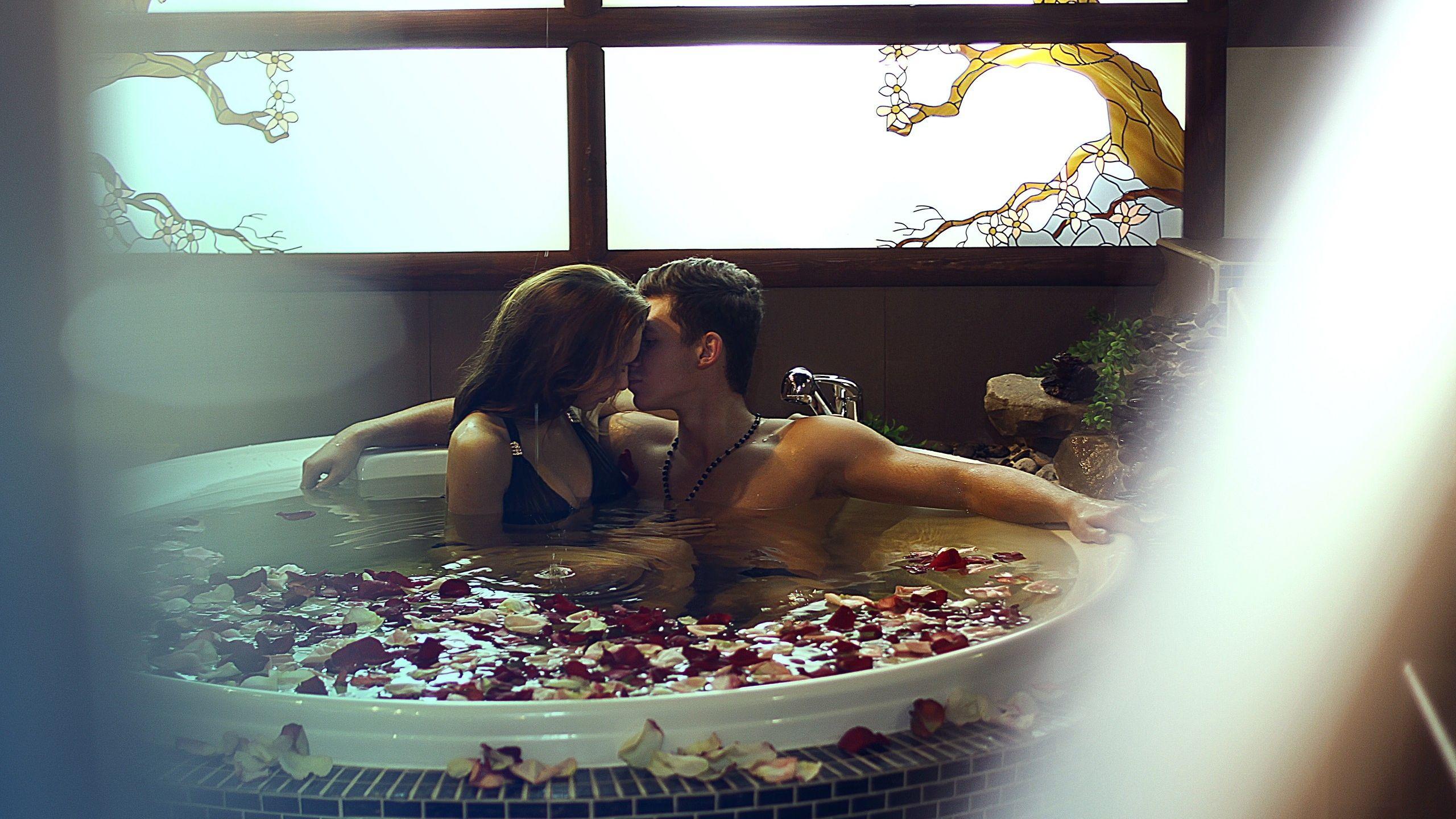 Download Wallpaper 2560x1440 Couple  Romance  Bathroom  Petals. Download Wallpaper 2560x1440 Couple  Romance  Bathroom  Petals