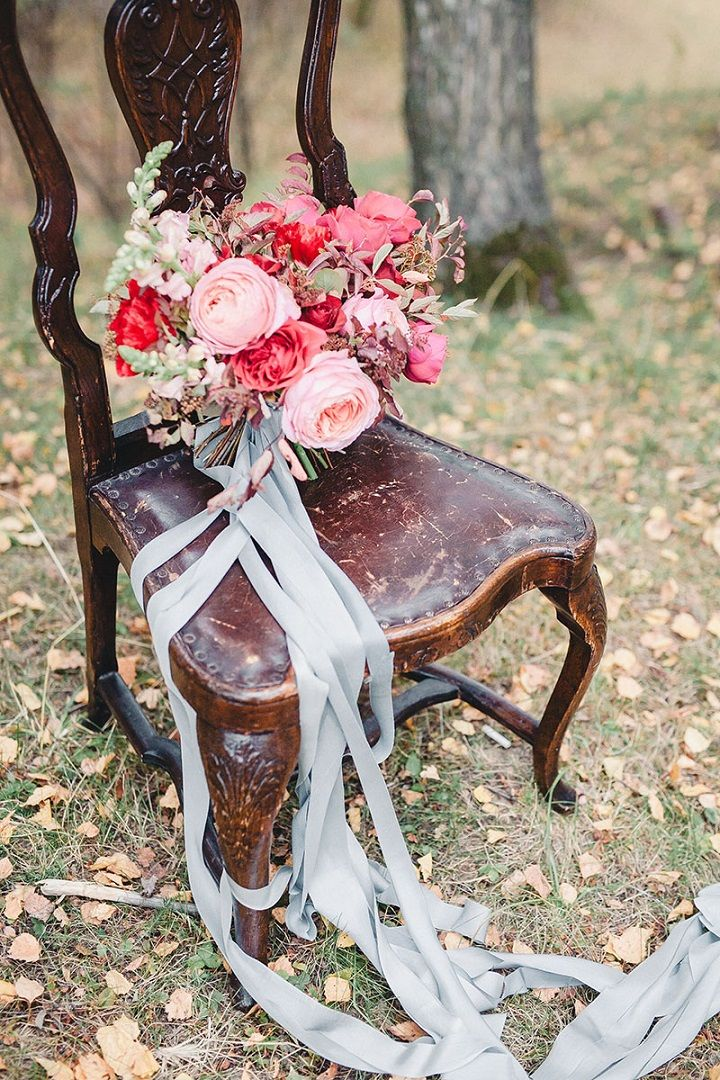 Misty grey blush and deep red autumn wedding bouquet | fabmood.com #weddingbouquet #bouquet #autumnbouquet #fallbouquet