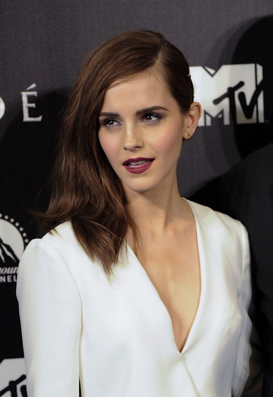 Best Of The Week Emma Watson And Shay Mitchell Go For Bold Lips More Peinados Media Melena Colores De Pelo Moreno Cabello Color Marron