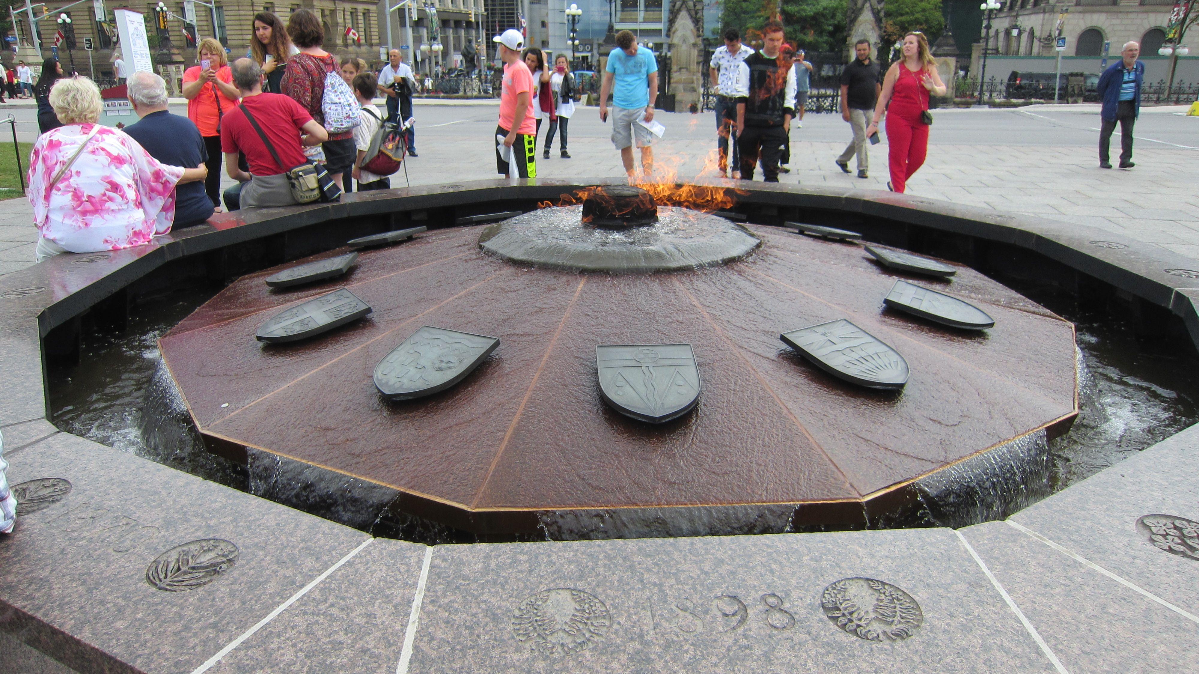 OTTAWA Fuente conmemorativa de llama de fuego con fuente de agua en ...