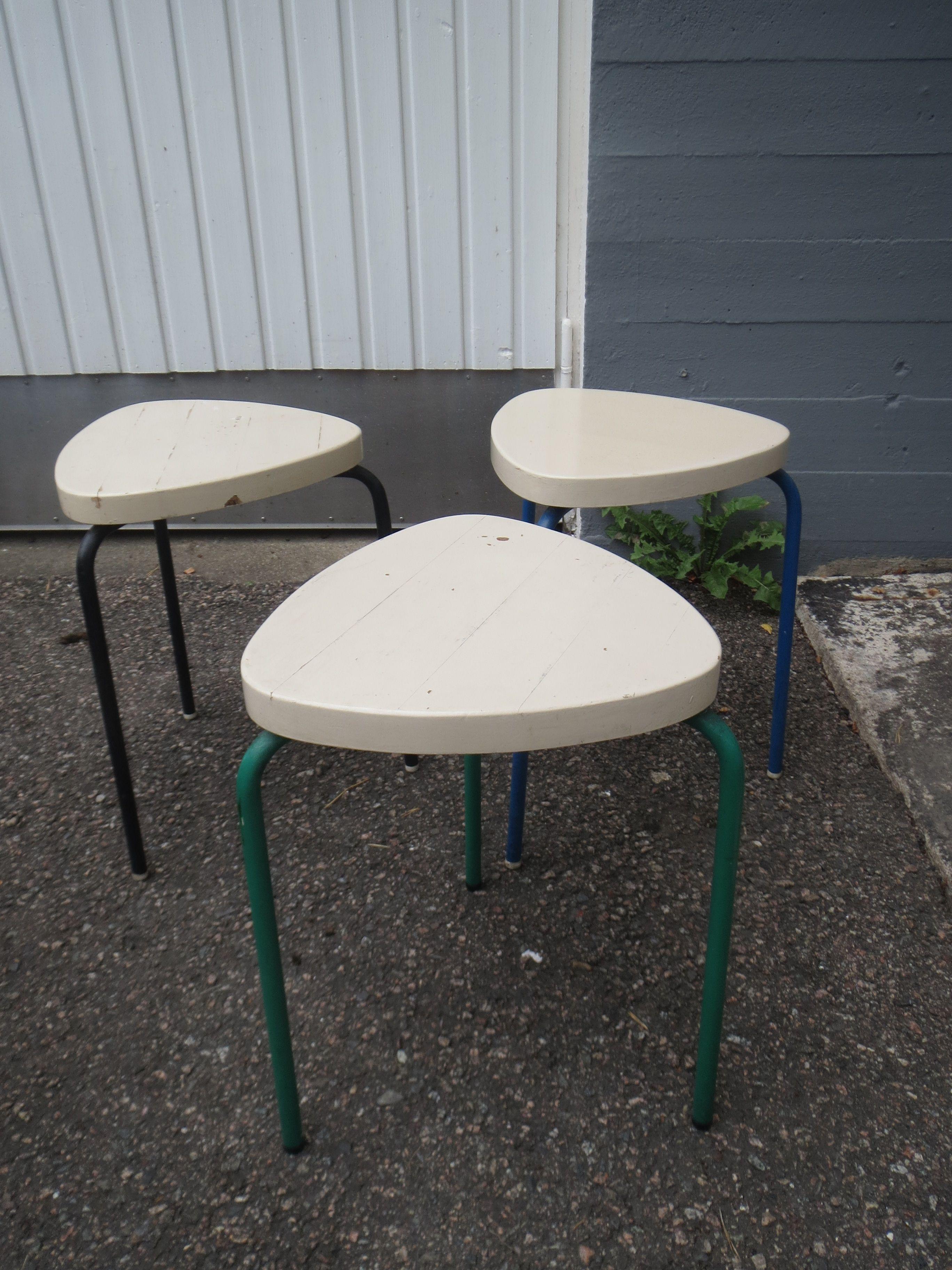 Hauskanmalliset jakkarat, istuimet puuta, jalat muovitettua metallia. Tukevat, pinottavat, maalipinnoissa kulumaa.  Halkaisija 32 cm, korkeus 45 cm.  25 euroa/kpl.  Nouto/Matkahuolto.