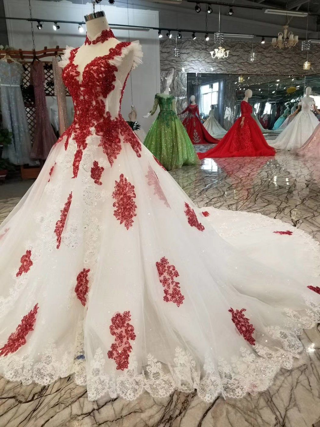 Red And White Simple Luxurious And Long Tailed Wedding Dress Red White Wedding Dress Red Wedding Dresses Red And White Weddings [ 1400 x 1050 Pixel ]
