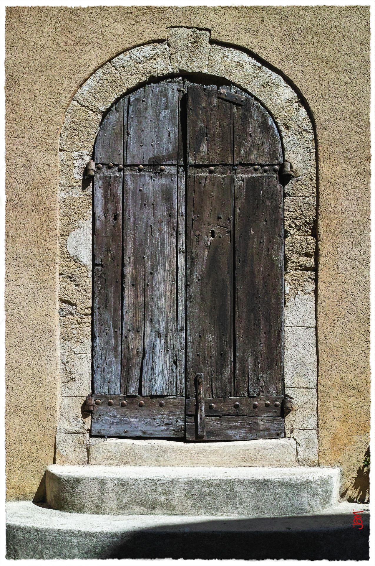 Une très vieille et très belle porte, sous le soleil de Lourmarin, classé comme un des plus beaux villages de France, en Provence.