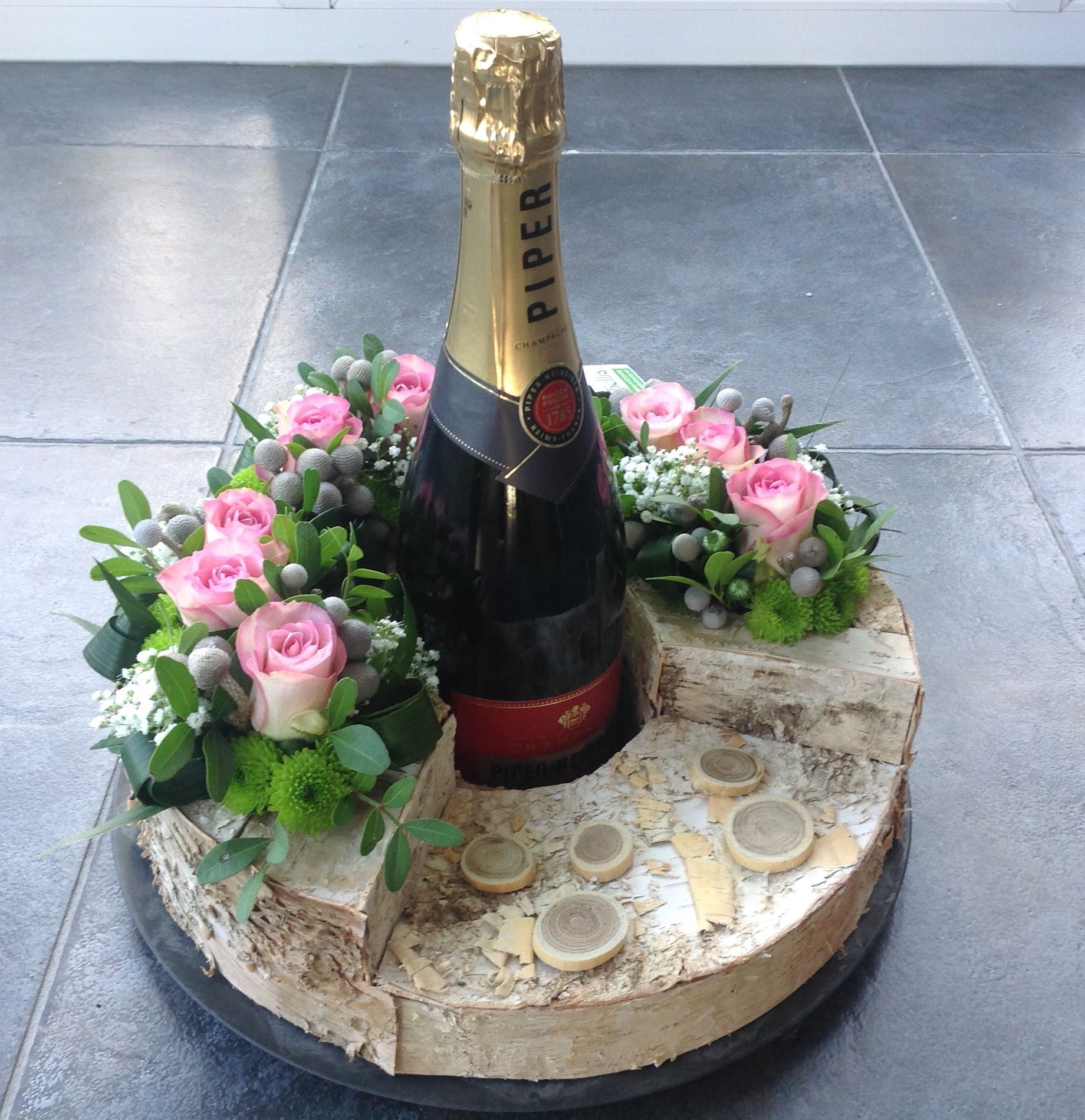 Flower Arrangements In Wine Bottles: Champagne Decoratief Verpakt.