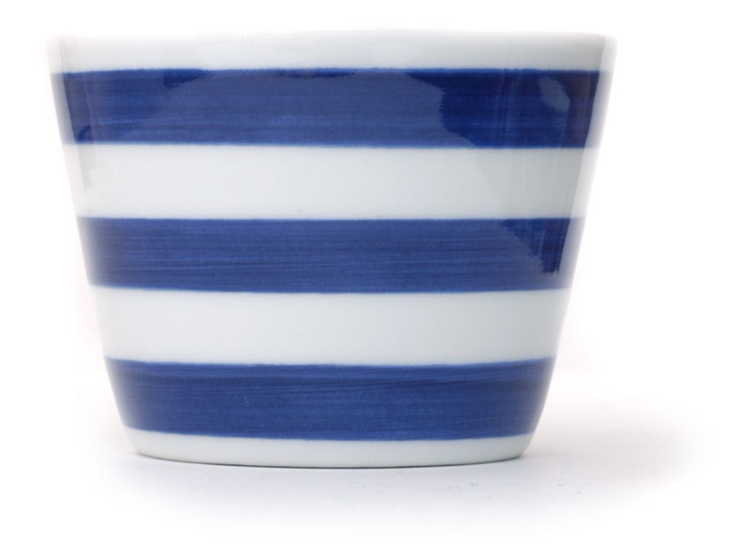 Inban Soba Cup Set of 5 - Contemporary soba 'choko' in indigo blue dye and white colour combinations. Not just beautifully proportioned, these soba 'choko' are very versatile and can be easily used as drinking vessels, ice cream cups, and many uses. φ76xH56mm 140ml. Rinsen - Wheel line in bold blue - Ref : AZKS00001. 29€