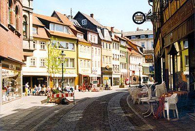 Fulda Karlstrasse An Der Karlstrasse Stehen Einige Malerische Hauser Am Ende Der Karlstrasse Biegen Wir Nach Rechts In Di Cities In Germany Fulda Germany