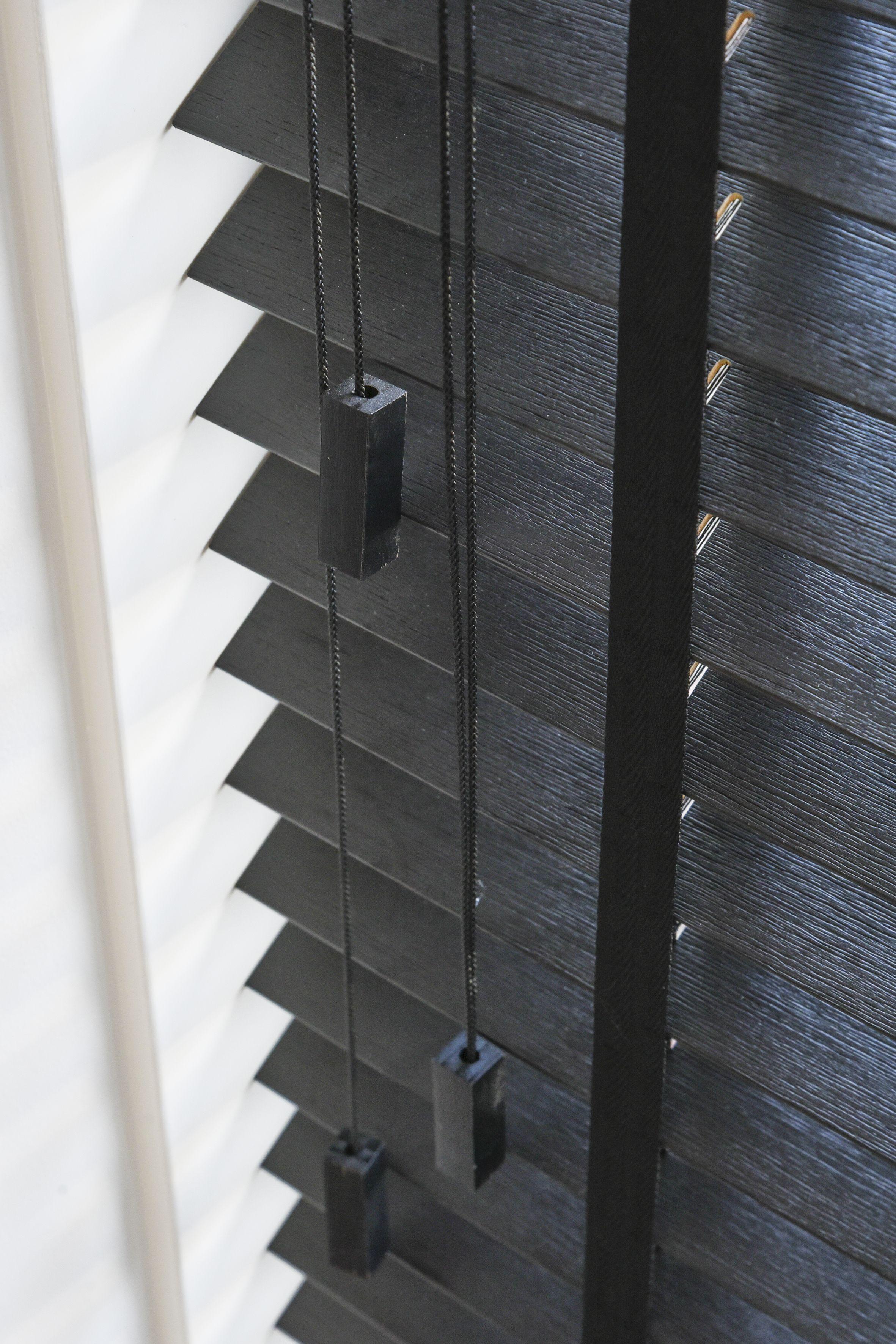 INHUIS Plaza | Zwarte houten jaloezieën met ladderband of ladderkoord.