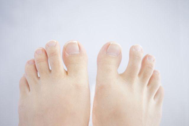「足の指(親指、小指、薬指、人差し指)が曲がる」 「足指が変形して痛い」 という原因の中でも、履いている靴に問題があると 思っている人は、どれだけいるのでしょうか? 足裏の筋肉が未発達だったり、筋肉のバランスが 悪かったりということもあるかもしれませんが、足に合わない靴を履いていることが問題を 大きくしていることが少なくありません。 足指が曲がるなど血流障害からくる冷え性の方のための関連記事を紹介しています。 〉〉〉コチラから >>>1日5分でできる冷え性からオサラバする7つの冷えとり方法 関連記事 爪水虫、ガングリオン、関節リウマチ、魚の目、外反母趾など、放っておくと怖い 足のトラブルの正しい解消法を知ることができます。 〉〉〉コチラから >>>失敗しないための爪水虫、ガングリオン、外反母趾、正しい解消法! 足に合わない靴が変形足を悪化させていることを知っていますか? つま先が細くとがり、かかとの高いハイヒールは、足指を変形させる ものとして、一般にもよく知られています。 しかし、私にも身に覚えがありますが、むしろ気をつけなければいけない...
