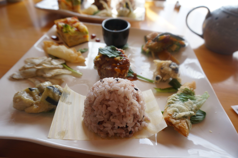 「ひなたぼっこ」ランチのメイン。野菜がたくさん使われている、ヘルシーなお料理がたくさん。一皿で、いろいろな味が楽しめます。