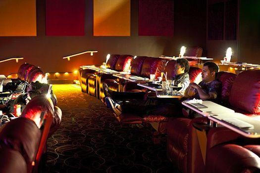 ポップコーンだけじゃなく 本格的に食事できる映画館が米国で増加中