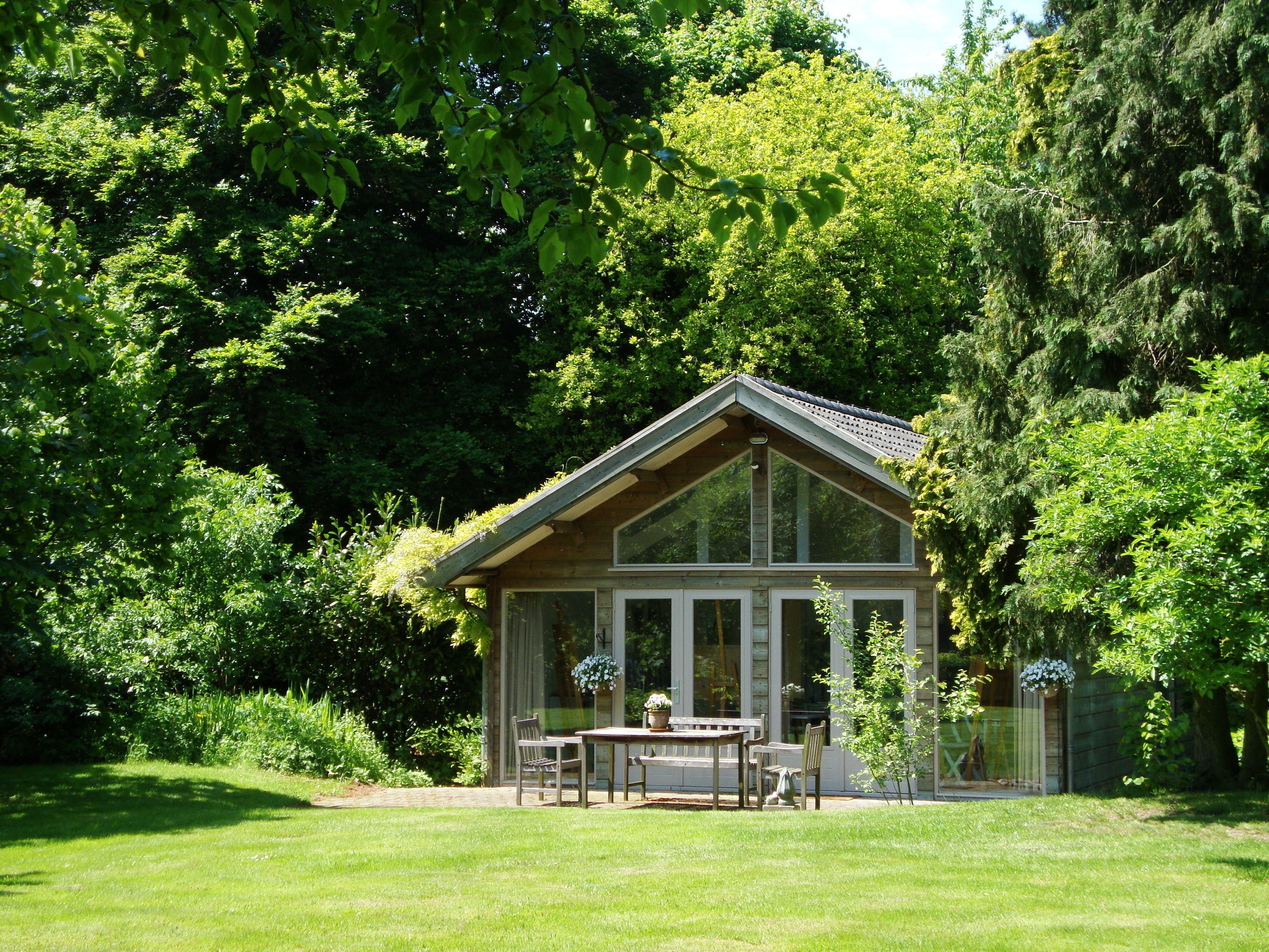 Hollywoodschaukel im garten  Ein großen Haus im Garten mit großzügigem Vordach. Ideal für eine ...