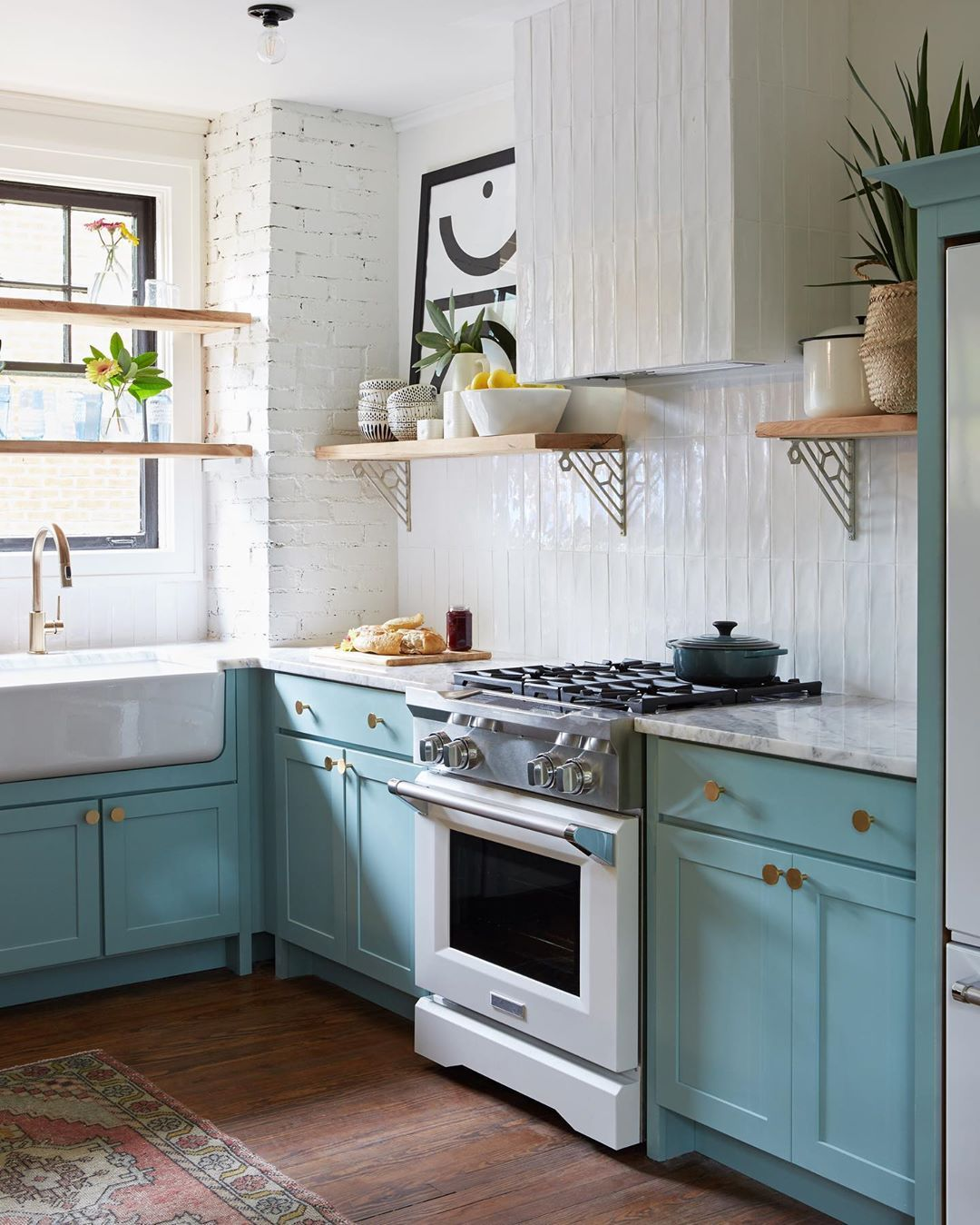 The vertical subway tile in this kitchen space is leaving us inspired! (