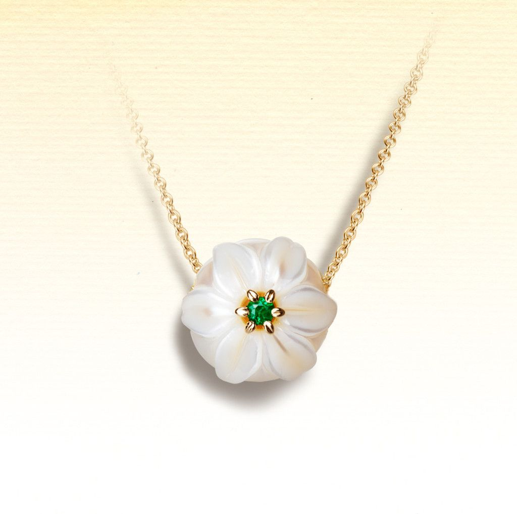 From the pearl flowers collection combining a carved