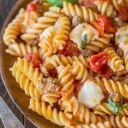 Eintopf-Fusilli mit Tomaten, Basilikum und Mozzarella - Die perfekte Eintopf-Woche ... - -