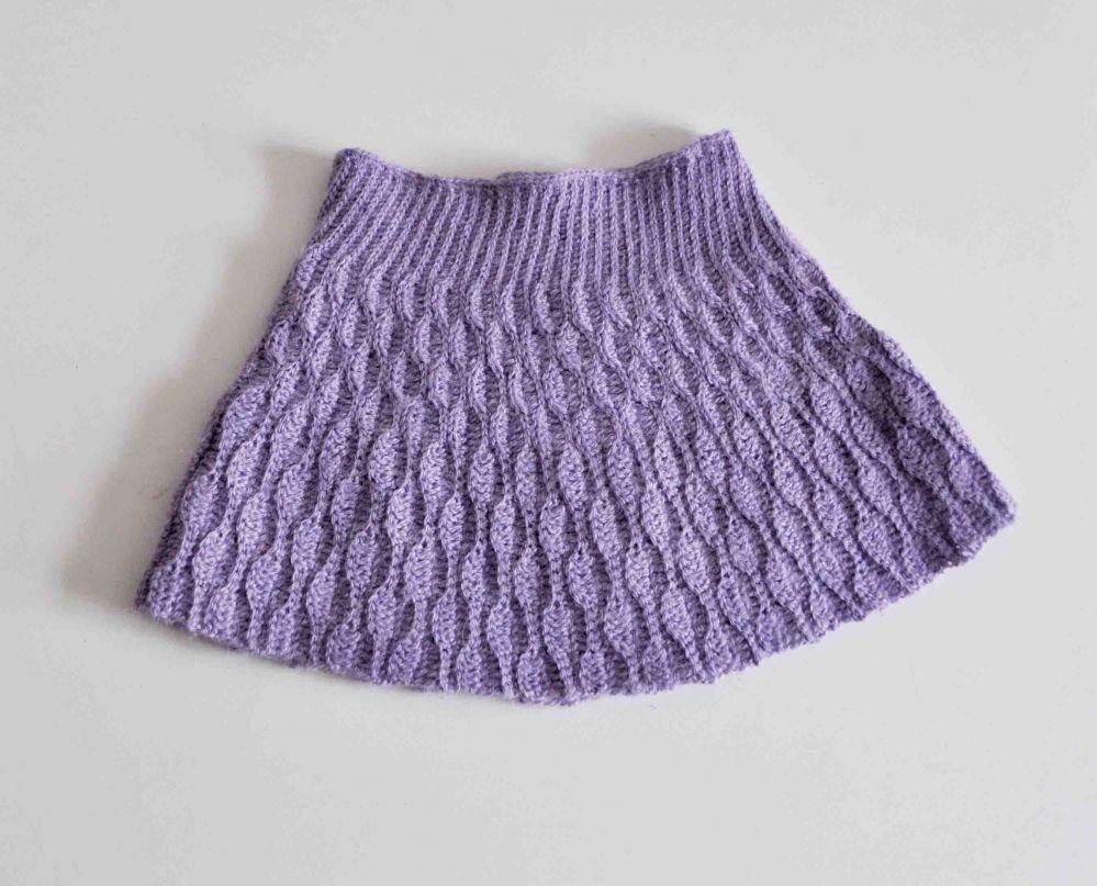 4708e71be701 Opskrift på hæklet nederdel. Den er hæklet i et flot bølgemønster og kan  hækles i str. 1-16 år.